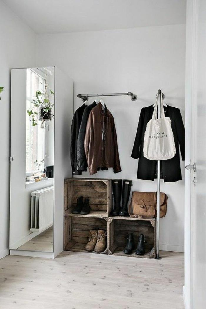 graues Zimmer - ein Flur mit Schuhschrank aus Euro Palette, Schuhe und gehängte Kleider