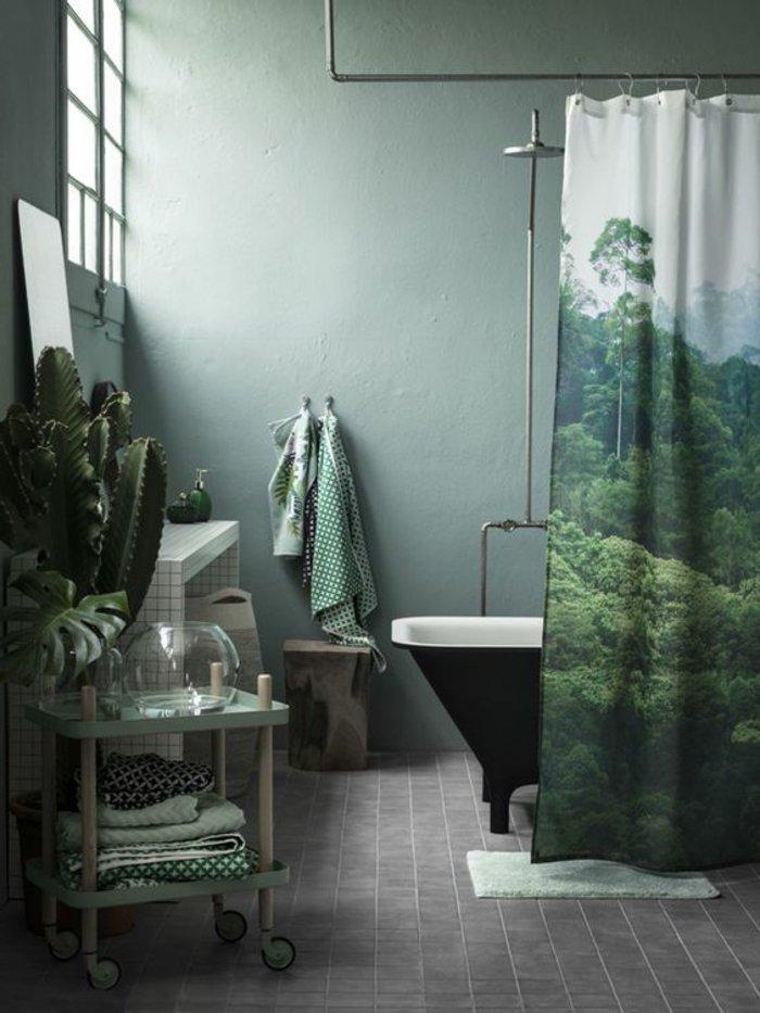 Vorhang mit schönen Landschaftsbild, graue Fliesen - ein graues Zimmer
