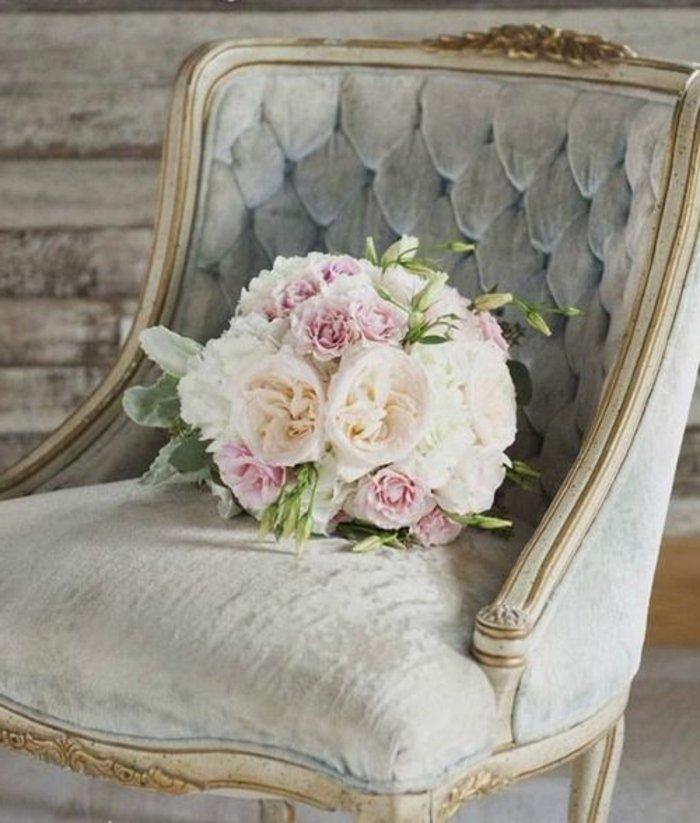 ein Blumenstrauß auf gepolstertes Sessel in perlengraue Farbe für eine Hochzeit