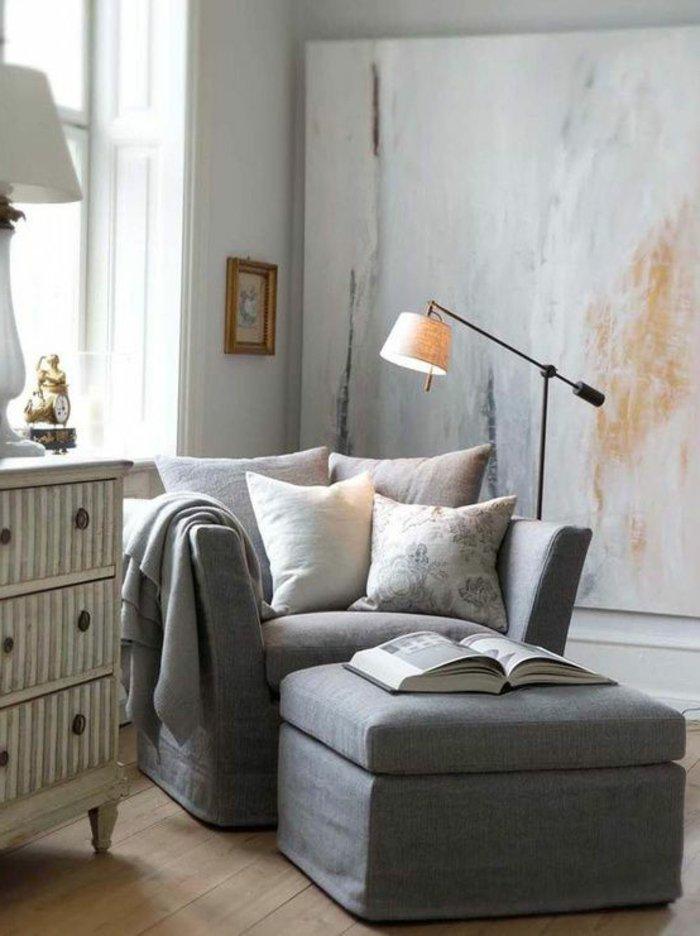 eine Ecke zum Lesen mit bequemen Möbeln Regal und Stehlampe - Wohnzimmer grau