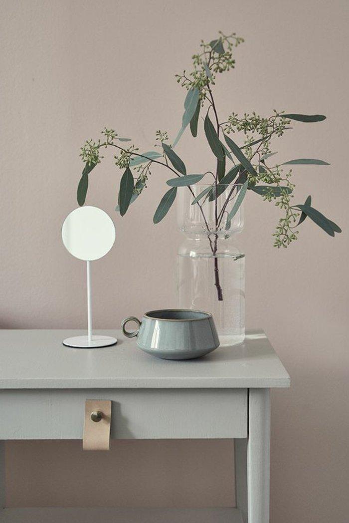 Wohnzimmer grau - einen Schminktisch mit enormer Vase mit frischen Blumen