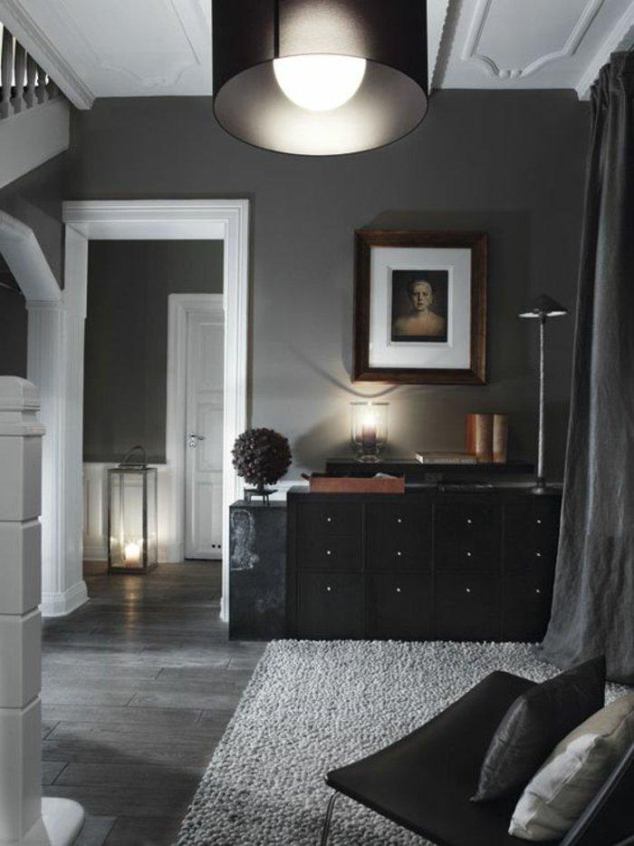 graues Zimmer - graue Wände, schwarze Regale und ein Stuhl - gute Beleuchtung