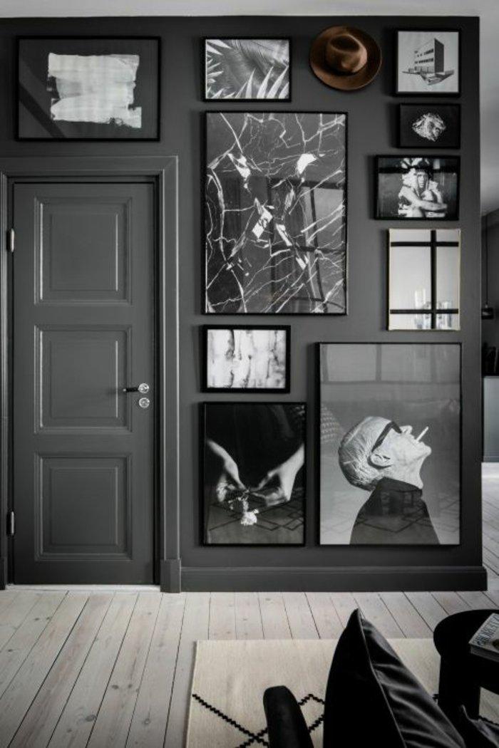 graues Zimmer - verschiedene Werke der zeitgenössischen Kunst ein Spiegel wie gebrochen
