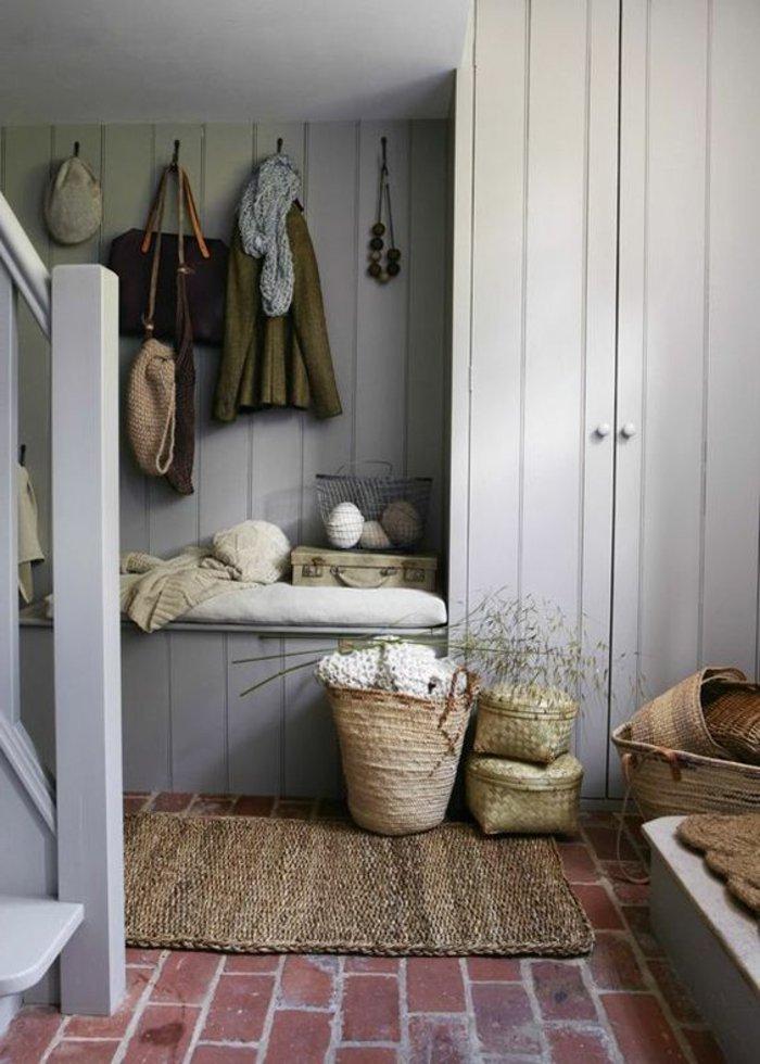 graues Zimmer, eine Garderobe voller Klamotten großer Kleiderschrank rustikale Deko