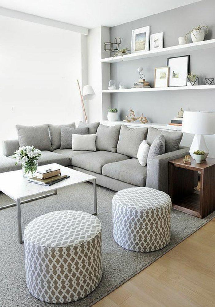 graues Sofa, graue Hocker, kleiner rechteckiger Tisch - ein graues Zimmer
