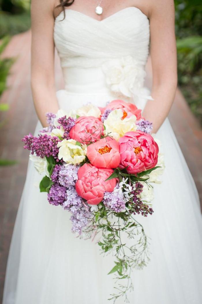 Hochzeitsstrauß-Wasserfall, bunte Blumen, Pfingstrosen und Flieder