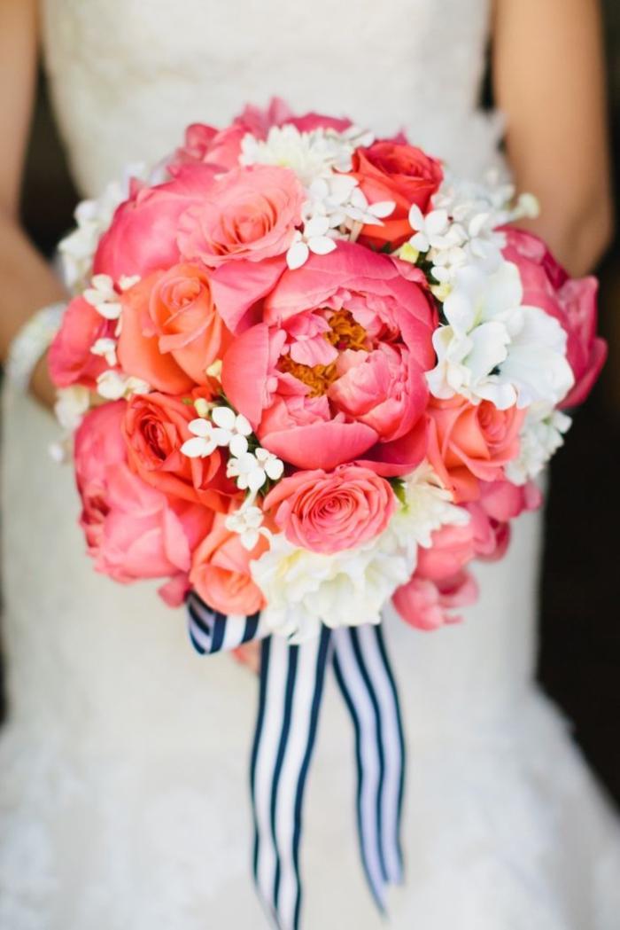 runder Hochzeitsstrauß in Rosa und Weiß, Kombination von Rosen und Pfingstrosen, mit Bändchen dekoriert