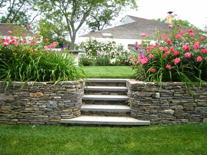 rosa Blumen im Vordergrund, weiße Blumen im Hintergrund - ein paar Treppen pflegeleichte Gärten