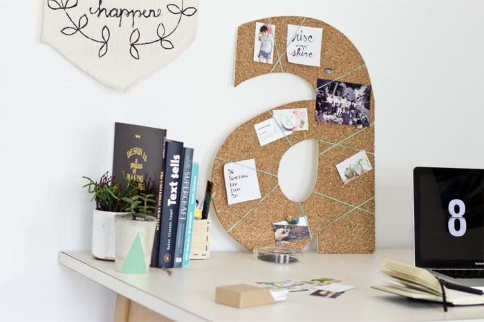pinnwand in form von buchstaben selber bauen, monogram, schreibtisch, pflanzen, bücher