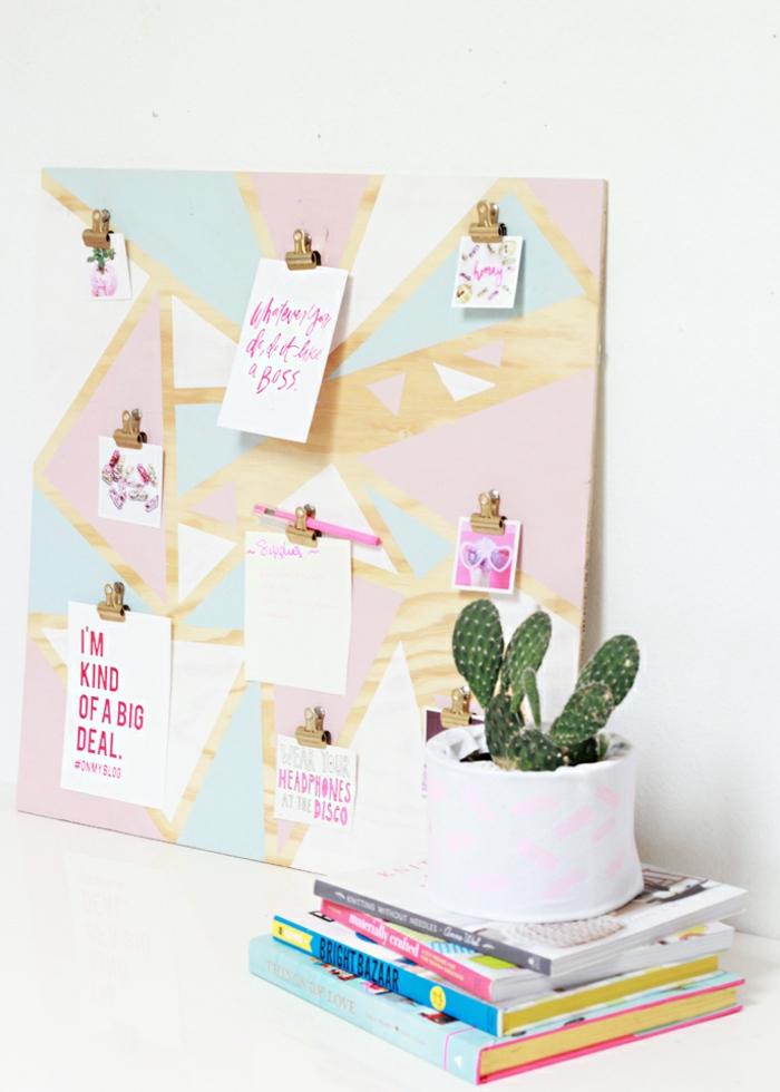 diy pinnwand aus holz dekoriert mit farbe, arbeitszimmer, tisch, bücher