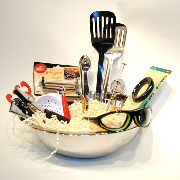 eine Schale als Geschenkkorb bedeckt mit Küchenzubehör, Besteck und andere