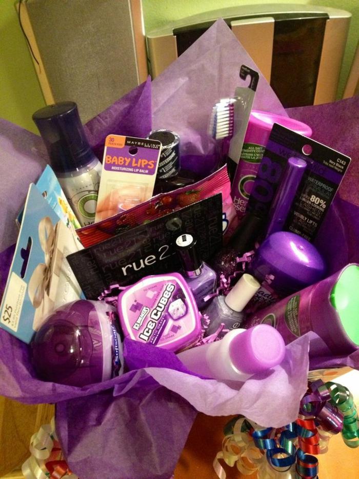 lila kosmetische Mittel in Geschenkpapier Geschenkkorb Inhalt für eine Frau