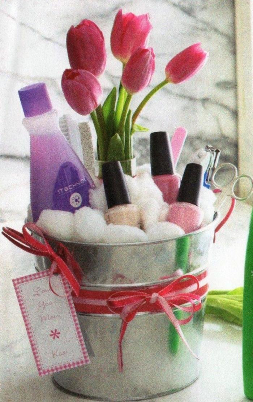 Muttertag Geschenkkorb Inhalt - Nagellack und Maniküre Zubehör mit frischen Blumen