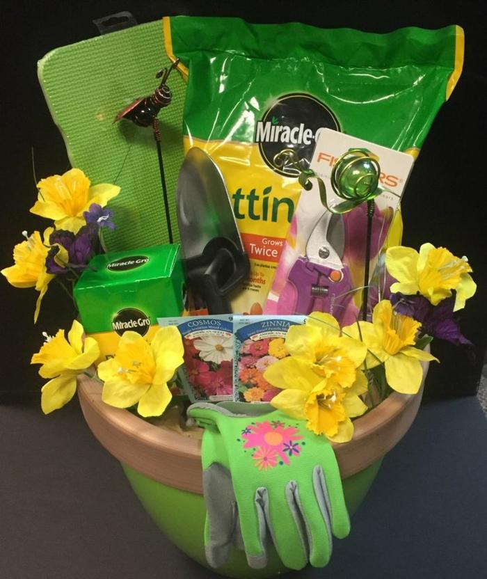 In Blumentopf als Korb Garten Zubehör verschenken - Geschenkkorb Inhalt