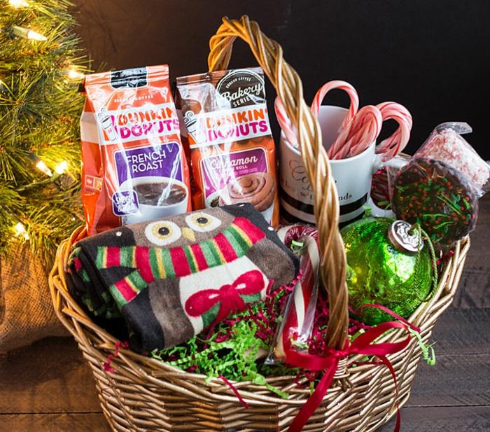 Präsentkorb selber zusammenstellen mit Süßigkeiten und warmem Schal zu Weihnachten