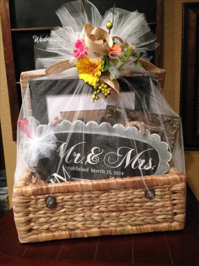 der perfekte Geschenkkorb für die Hochzeit zusammenstellen mit einer Tabelle Frau und Herr