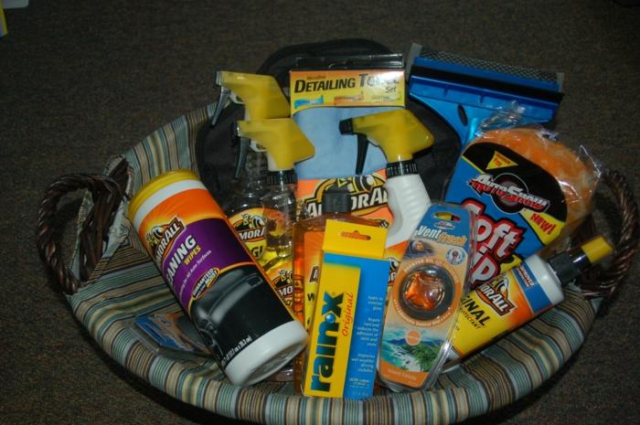 Geschenkkorb selber zusammenstellen für eine Party zu neuer Wohnung - alles Nützliche zum Putzen