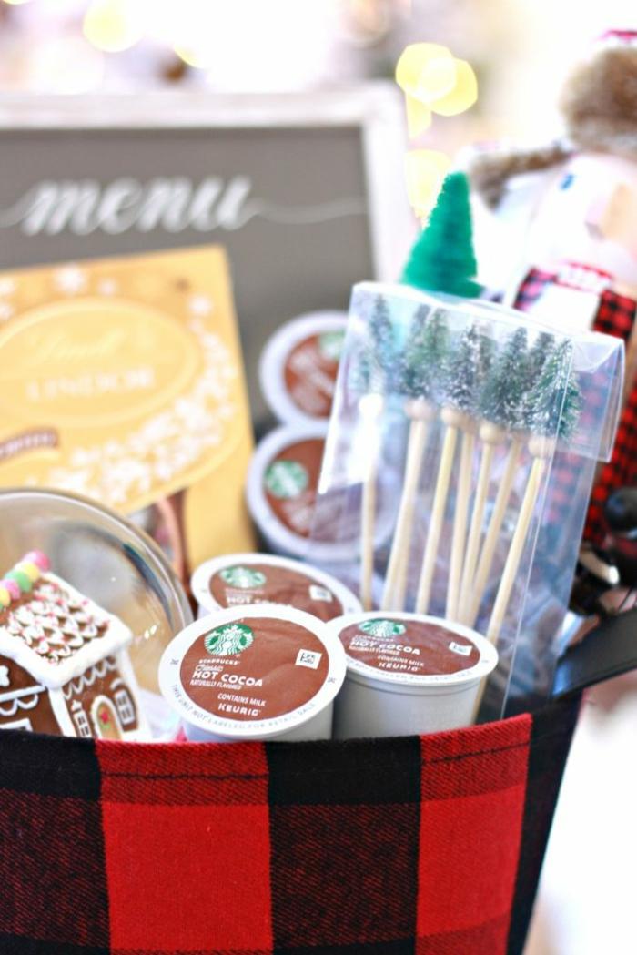 ein weihnachtlicher Präsentkorb Inhalt mit heißer Schokolade und Süßigkeiten