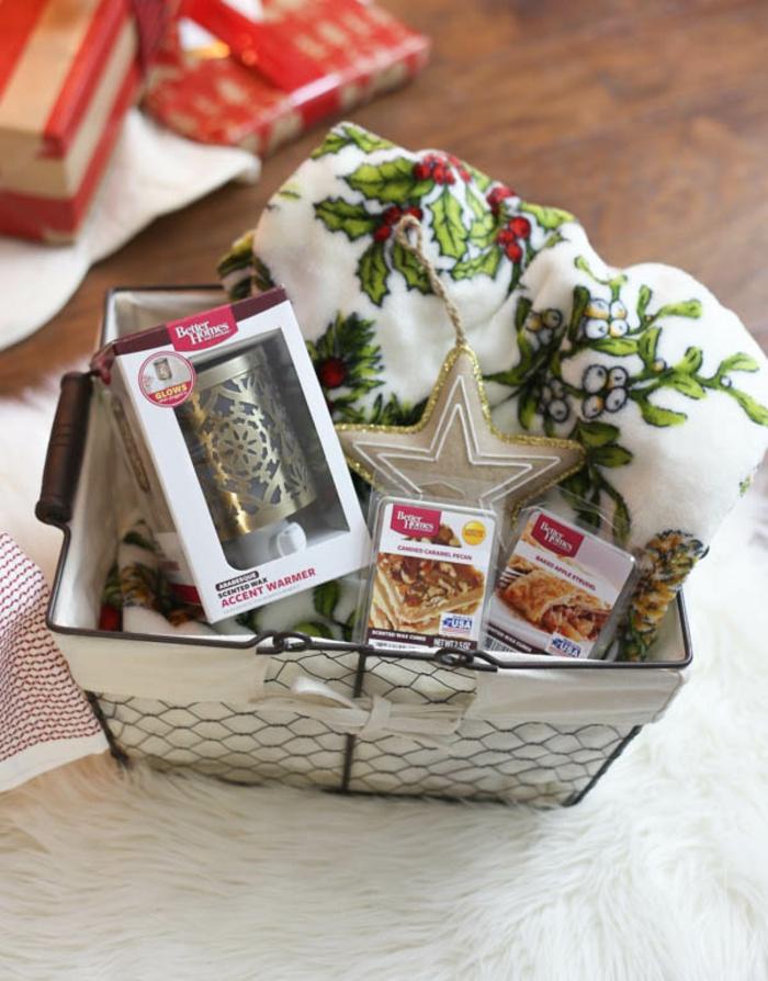 ein Tuch mit weihnachtlichen Motiven, Kerzen und Süßigkeiten - Präsentkorb Inhalt