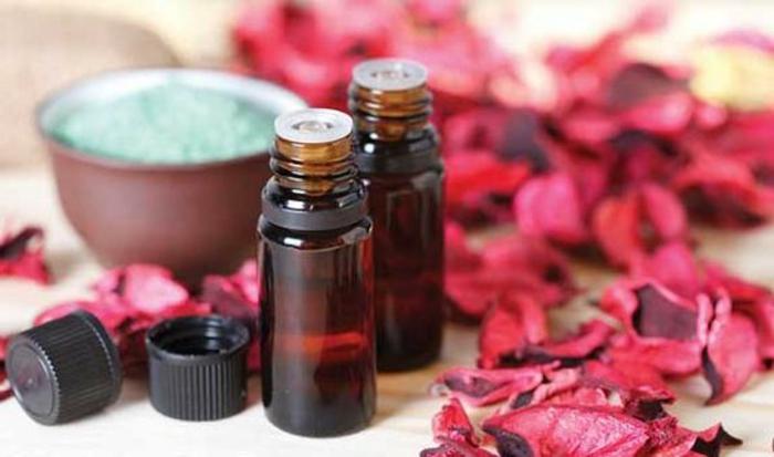raumduft selber machen mit ätherischen ölen und roseblättern