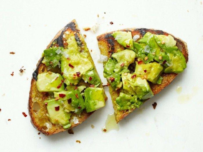 avocado auf brot zum frühstück essen chilli avocado gegrillte brötchen mit gurken und gewürzen ideen