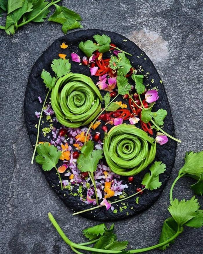 avocado zwiebel dekorative blumen petersilie schöne servierung des avocado gerichtes zum genießen idee
