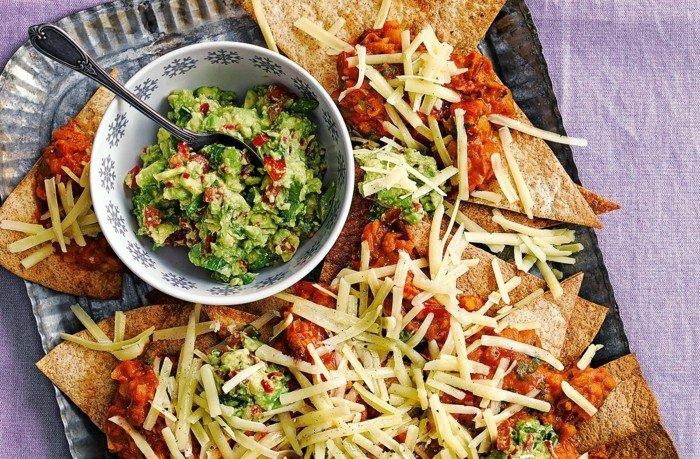 avocado salat als dip zum chips maischips tortilla käse schüssel guacamole löffel tomaten käse ideen