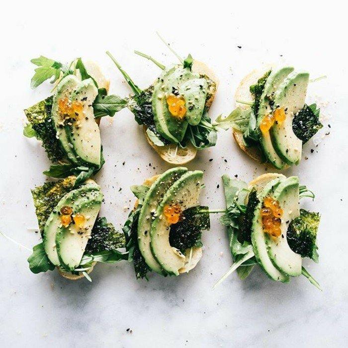 leckere speisen mit avocado zubereiten vorspeise bei einer party idee grünes essen gesundheit bio natur produkte