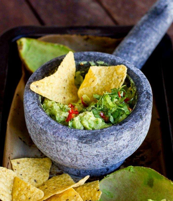 avocado dip zum chips tortilla chips mit guacamolle essen gewürze ideen leckeres essen zum naschen gesund