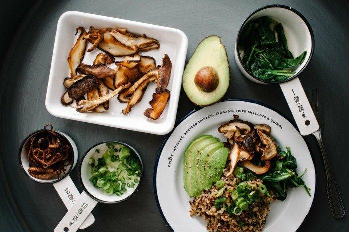 japanisches essen mit avocado zwiebel pilzen fleisch hackfleisch reis spinat gesunde zutaten ausgewogene ernährung