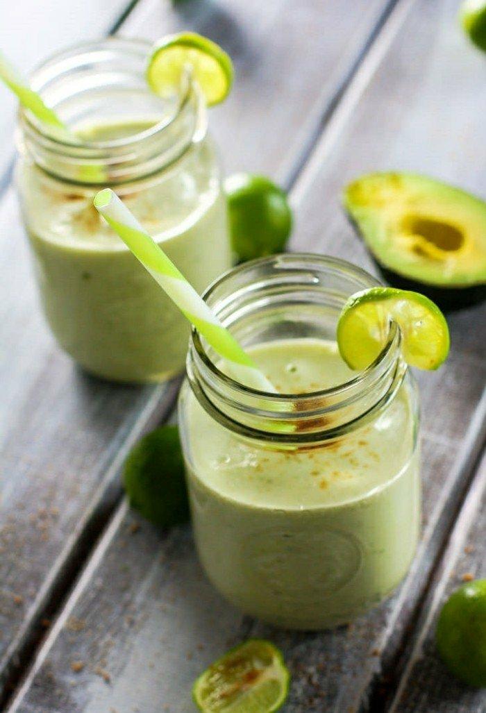 smoothie mit avocado limette stocher frühstück in glas servieren zitronensaft gesund am morgen digestive