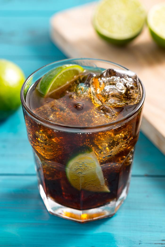 "Cocktails selber machen, ""Cuba Libre"", mit Rum, Coca Cola und Limettenschnitzen, lecker"