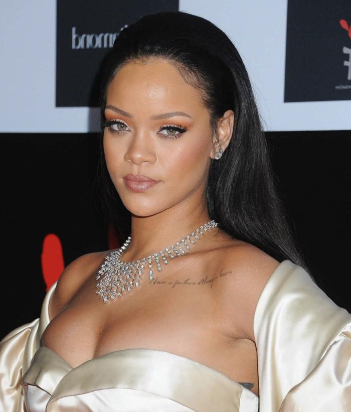 Ein Foto mit Kleid in beiger Farbe, silbernes Schmuck mit Edelsteinen - Rihanna Haare