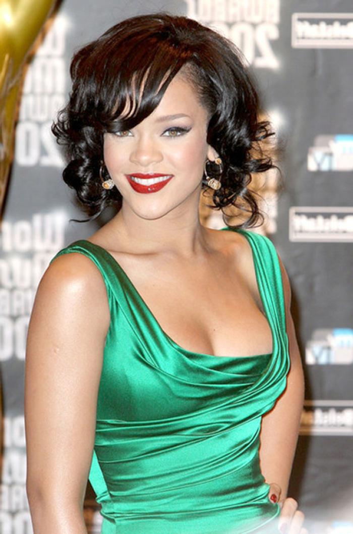 grünes modernes Kleid, mittellanges Haar mit kleinen Locken - Rihanna Haare