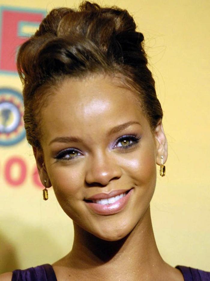 Rihanna sieht so sympatisch mit dieser Frisur, Hochsteck Frisur mit Locken - Rihanna Haare
