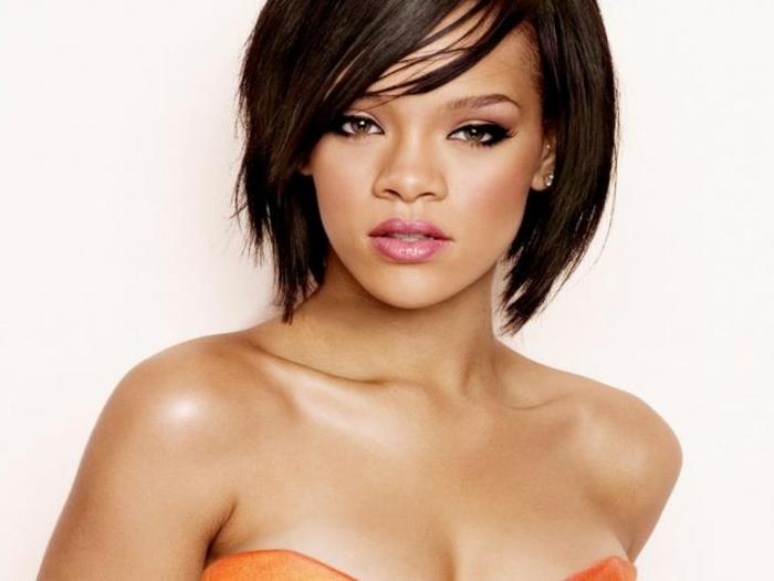 ein verlockendes Foto von Rihanna, mittellanges Haar, diskrete Schmuckstücke