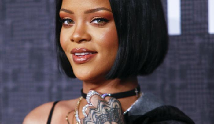 Rihanna Haare, ordentliche Bob Frisur viele Ringe und ein schwarzes Halsband