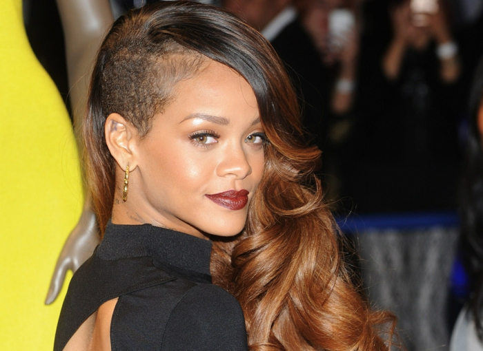 die lockige Haare von Rihanna sind ein bisschen gewachsen - Rihanna Haare