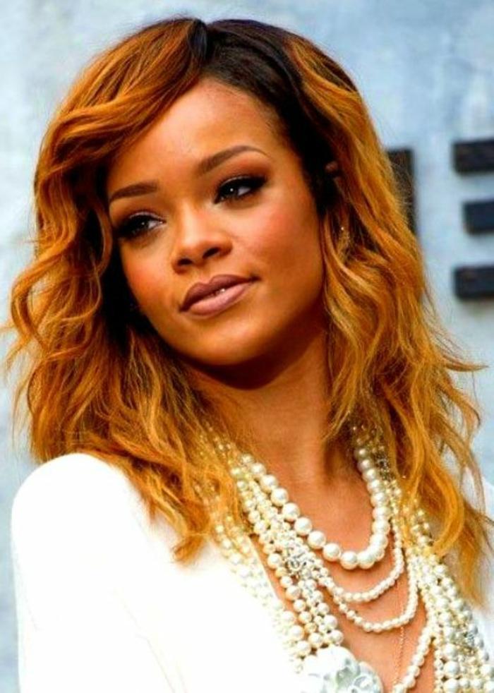 traumhafter Look auf Gesicht von Rihanna - lockige rote Frisur - Rihanna Haare