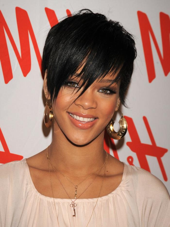 schwarze kurze Haare von Rihanna mit einem ausgefallenen Pony und goldene Ohrringe
