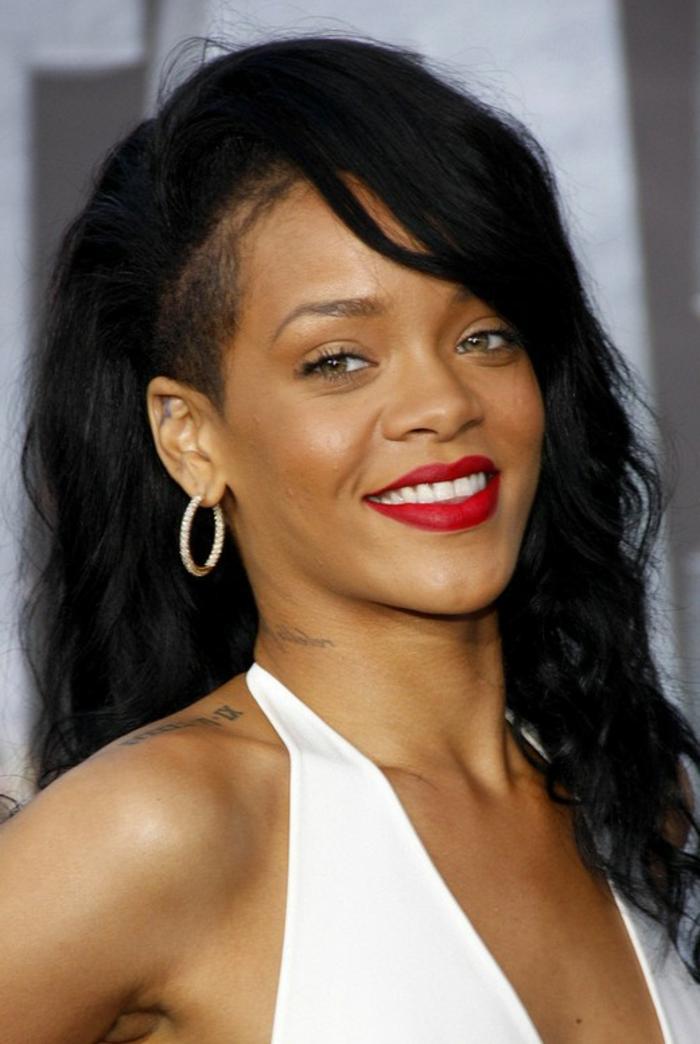 lange schwarze Haare mit rasiertem Teil, roter Lippenstift, Diamanten Ohrringe - beste Frisuren