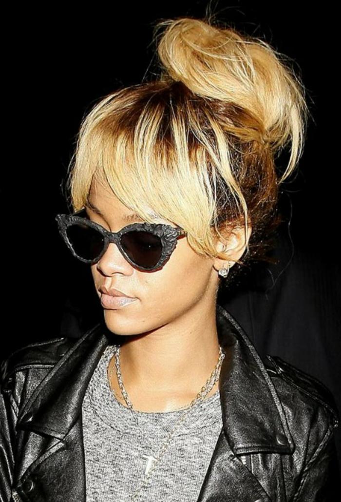 Hochsteck Frisur blond und braun, Designer Brille und ein Kreuz - beste Frisuren