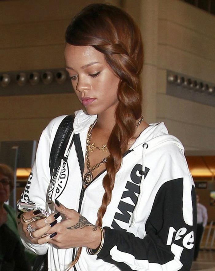 ein Trainingsanzug Jacke in schwarz-weiße Farbe - ein Zapfen in roter Farbe - Rihanna Frisur