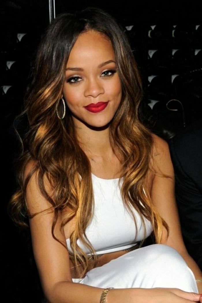 weißes Kleid sprödes Haar mit blonden Strähnen - runde Ohrringe - Rihanna Frisur