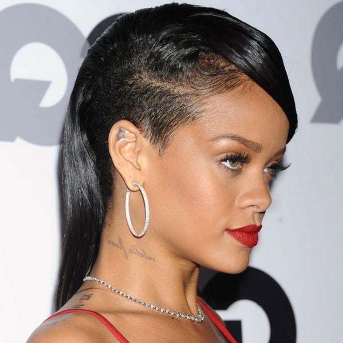 Undercut in schwarzer Farbe mit einem schwarzen Pony, silberne Ohrringe - Rihanna Frisuren