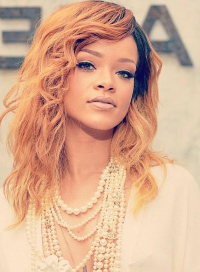 lässige Frisur, orange Haar mit ein paar Perlenkette, sehr verlockender Look