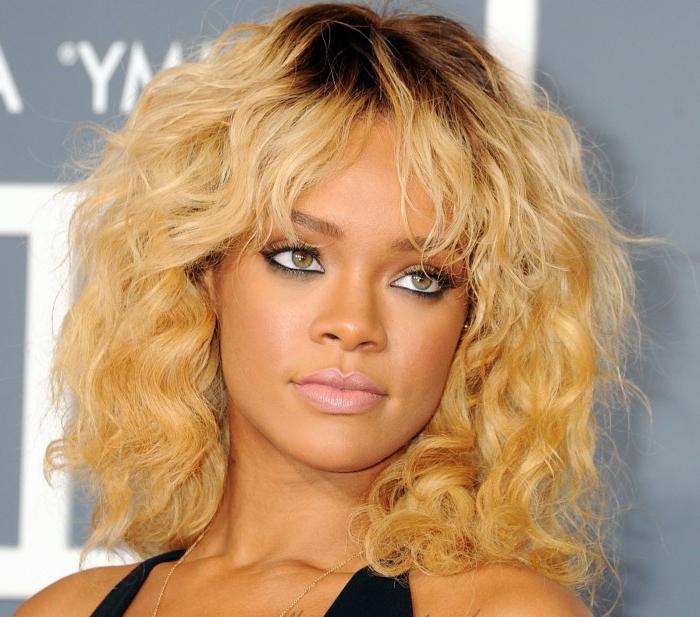 blondes Haar mit Locken, mittellang, ein traumhaften Blick - beste Frisuren