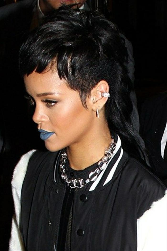 ausgefallene Frisur und Make up von Rihanna das Haar ist in schwarzer Farbe - Rihanna Frisur