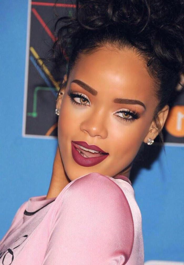 rosa Kleid Hochsteck Frisur mit Locken, kleine Diamanten Ohrringe - Rihanna Frisuren
