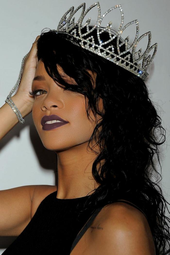 schwarzes Haar mit Locken, eine große silberne Krone, schwarzer Lippenstift - Rihanna Frisur